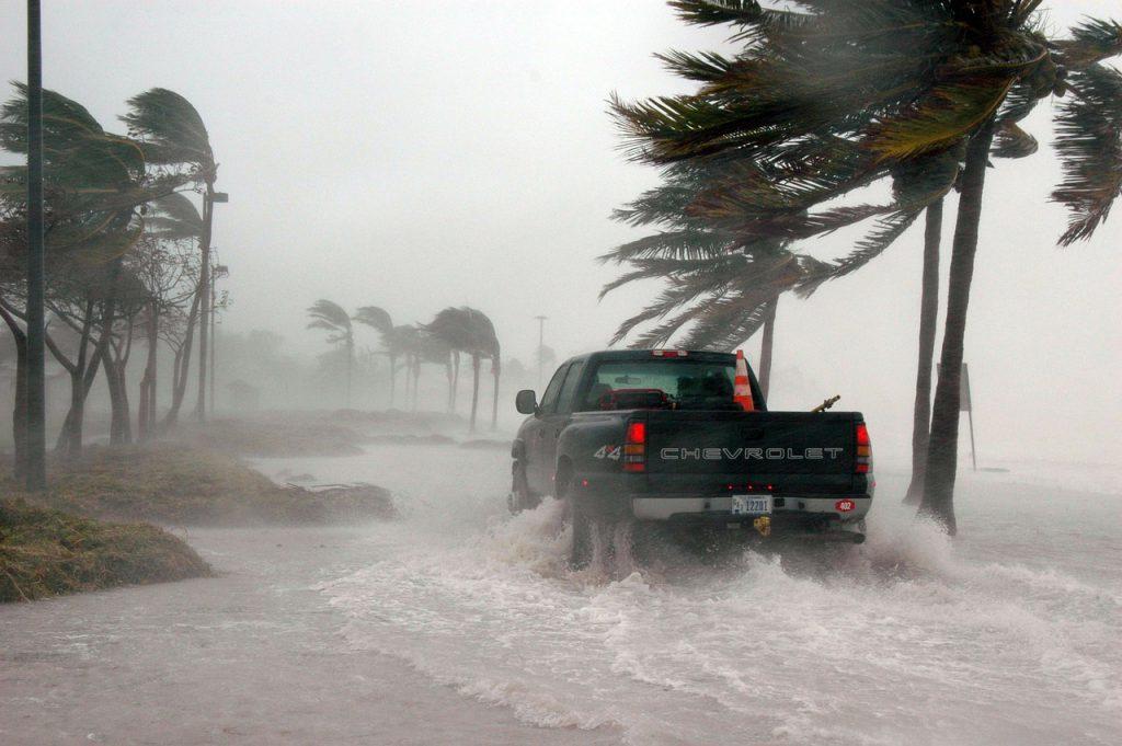 洪水や豪雨で自動車保険や火災保険は使えるのでしょうか